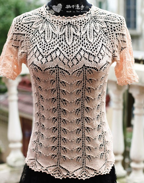 Красивый пуловер с ажурной кокеткой