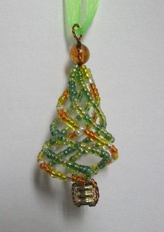 """Деревья из бисера.  Рубрика. подарок. бисер. елка.  Мастер -класс по  """"Изготовление Новогодней елочки-брелка."""