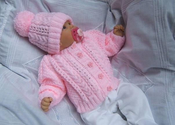 Розовый комплект для девочки спицами